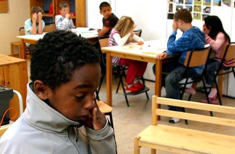 Simon Fkadu (biletet) får ikkje bli hos klassekameratane sine på Torvmyrane skule etter at UDI fredag avgjorde at saka til han og faren skal handsamast etter Dublin-konvensjonen. Det vil med andre ord seie at han må attende til eit liv i Italia. Her frå august i fjor, då han vart henta på skulen og transportert til Italia.