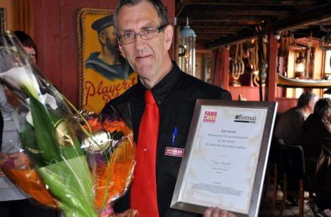 Fans of good service, står det på diplomet som Åge Larsen fikk da han ble Lofotens første servicehelt.