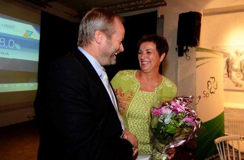Klokka 22.30 tok fylkesleder - og vararepresentant - Ivar Odnes sjansen på å gratulere Anne Tingelstad Wøien med fire nye år på stortinget.