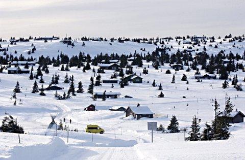 EN NY HYTTETID: Kroksjølia, oppunder Storåsen på Sjusjøen, vendt utover mot hvite vidder i øst og nord, ligger klar for en forvandling. Vann og kloakk gir og krever fortetting. En sterkere «lysbue» blir enda mer synlig i fjellet.