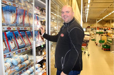 SATSER LOKALT: Morten Sæter og Aron Mat har fått god plass i den nye butikken til Eurospar på Tomasjord og skryter av lokalmat-satsingen tilkjeden. Alle foto: Stian Saur