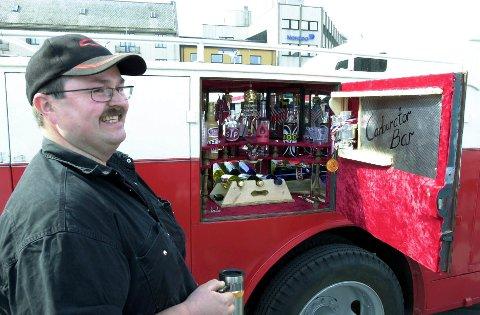 Ros: Eilert Nikolaisen fra Laupstad får ros for å ha restaurert brannbilen, og egen «forgasserbar» laget han for moro skyld i 2007. foto: knut johansen
