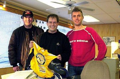 I HUNDRE: Medlem nummer 100 i Mosjøen og Omegn Cykleklubb ble Morten Rønnes. Han var naturligvis fornøyd da  Bjørn Helge Bredesen (t.v.) og Tom Eriksen overrakte gaver. (Foto: Per Vikan)
