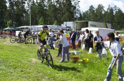 ARRANGØRER:  Å arrangere terrengsykling er ikke enkelt, men svenskene kan det. Her et bilde fra en av matstasjonene der 1500 ryttere fikk det de trengte.