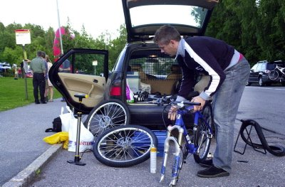 LANGT: Kvelden før start er det ut med sykkelen for sjekk og preparering. Tom kjørte 220 mil med bil for å delta i helga.