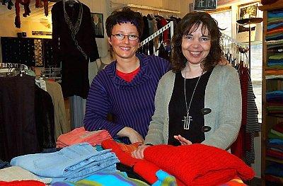 SAMARBEID: Marit K. Skog og Kirsti Ravnå Tverå samarbeider godt. De står sammen om forretningen, men bytter på å være i butikken.