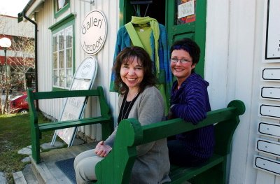NÆRINGSPRIS: Kirsti Ravnå Tverå og Marit K. Skog driver forretningen «Galleri Theodor» sammen og har i tillegg hvert sitt enkeltmannsforetak med atelier og verksted. For sine etableringer og kreative innsats har de fått næringslivsprisen for 2005 i Vefsn.  (Bilder: Torild Wika)