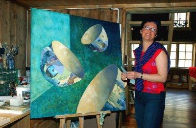 EGEN BRYGGE: Marit K. Skog stortrives i eget atelier i egen brygge i Sjøgata. Her med en collage, som er ett av flere bilder til den nye ungdomspsykiatriske klinikken i Mosjøen.