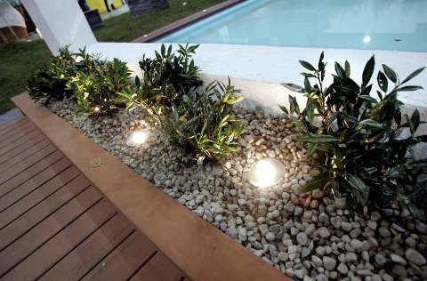 BELYSNING: Med ekstra lyssetting kan man ha glede av hagen om kvelden og langt utover høsten. Steinene er dekorative og vedlikeholdsfrie.