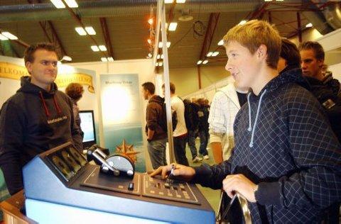 Jakob Tangen (15) fra Brevik prøvde seg som skipper på Yrkesmessa i går. Men det er ikke skipper han skal bli.  Jeg skal bli mekaniker, sier 15-åringen bestemt.