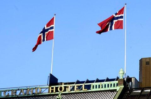 I perioden mars til oktober skal flagget heises klokken 08 og fires ved solnedgang, men ikke senere enn klokka 21.