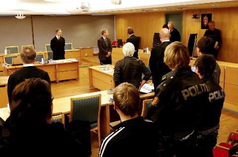 Rettssaken i Rana tingrett mot den 62 år gamle mannen som knivstakk og drepte politioverbetjent Olav Kildal 21.april i år, startet i rettslokalene i Bodø mandag. Foto: Tom Melby