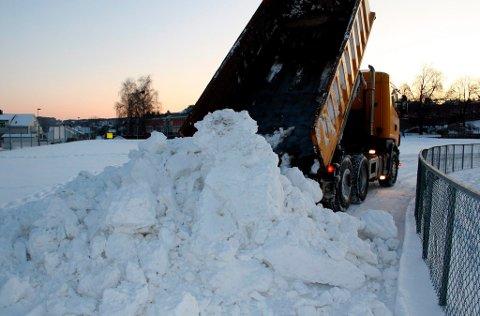 Snøen tippes foreløpig fra lastebilene og legges i en haug i et hjørne av Furulund Idrettsplass. Skiløypene i OL-løypa skal gjøres ferdige til helgen. Brevik Olympiske Komité har fortsatt mye dugnadsarbeid igjen før alt er klart.