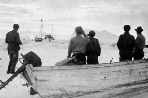 Voldsomme krefter: Ishavsskuta «Forland» av Tromsø knuses av skruing i isen på østsida av Spitsbergen 19. juli 1958. Fem av mannskapet på sju betrakter dramaet på avstand. To lettbåter, en del proviant og utstyr ble berget ut på isen. Alle foto fra forliset: Bjørn Schwenke Tormod JENSEN og mannskap rodde i tre uker etter å ha forlist med ishavsskute ved Svalbard i 1958. Foto: Yngve Olsen Sæbbe - i nåtid. Foto: Schwenke - historiske bilder... Foto: Yngve Olsen Sæbbe