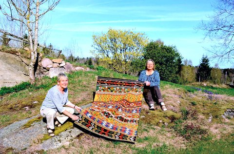 Klassisk Vestfoldteppe: Unn Rebård (t.v.) og Birgit Nordset Aasrum med et teppe de har laget halvparten av hver.Foto: Myriam H. Bjerkli