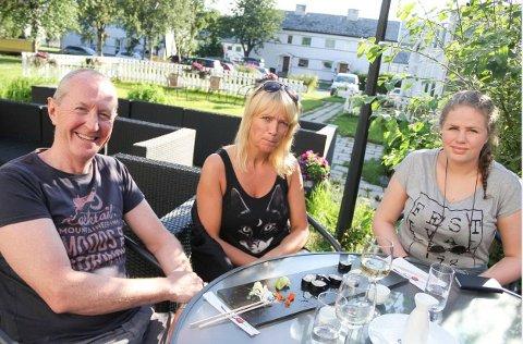 TAKK FOR MAT: Alle bordene var booket lenge før serveringen åpnet lørdag. Roger Daldorff (57), Marianne Knutzen (49) og Maren Daldorff (15) koste seg med sushien sin i godværet.