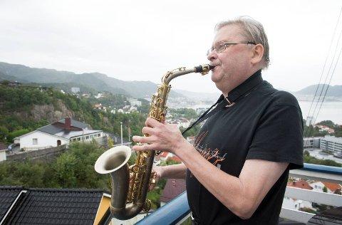 Olav  Dale fotografert i september i år. Jazzmiljøet i Bergen er i sjokk etter ta han døde fredag kveld.