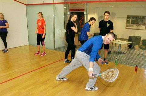 I desember blir det turnering i squash på Kippermoen i Mosjøen. Kjetil Hoff er en av initiativtakerne og her er han i aksjon som instruktør for en klasse fra Vefsn Folkehøgskole.foto: per vikan