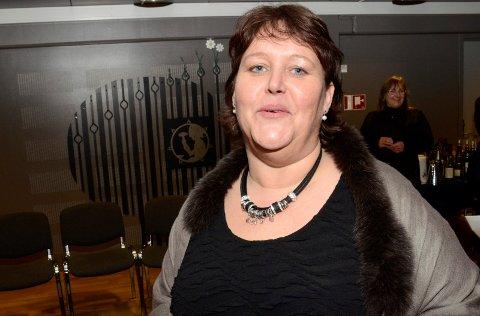 jubilant: Anne Grete Raaen kan se tilbake på 25 års ansettelse i Øvre Eiker kommune. Nå retter hun blikket mot de neste 25, for hun har ingen planer om å slutte. Onsdag ble hun og flere andre kommuneansatte hedret av kommuneledelsen.