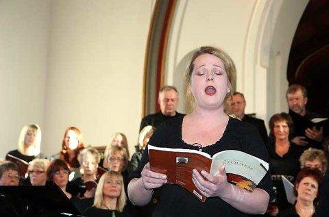 Solist: Karianne Eikenes fra Tungklang vokalensemle sang solo på to av satsene i «Requiem». (Foto: Sigrid Ringnes)