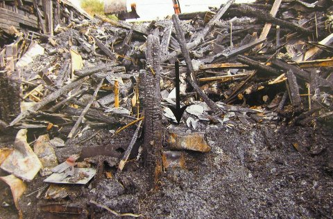 Slik så det ut på branntomten etter brannen. Pilen på bildet viser kortsiden til hybelkomfyren.