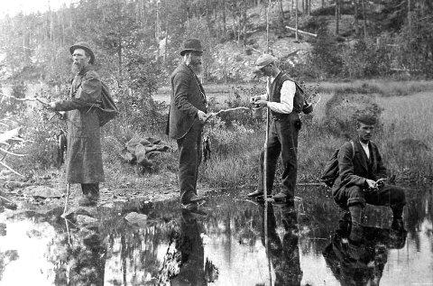 På fisketur: Det var tid til å fiske underveis.Gammelt postkort
