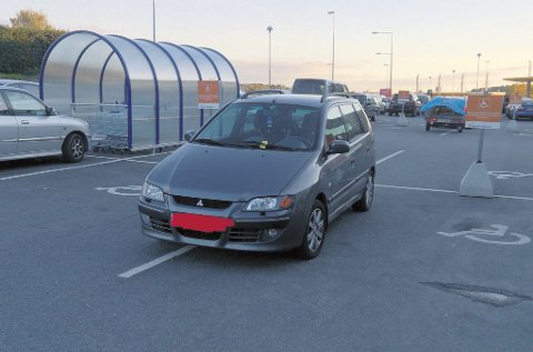 Denne bilen tar opp to HC-plasser og har heller ikke gyldig HC-bevis i vinduet. Senterleder Christin Werge Johansen oppfordrer igjen funksjonsfriske mennesker til å ikke bruke handikapplassene.