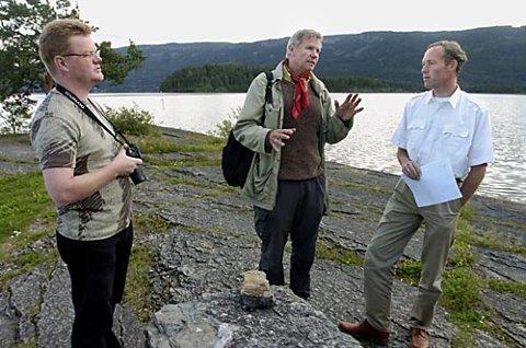 OPPRØRT: Hans Arne Nakrem fra Geologisk Museum i Oslo (til venstre) og Torbjørn Røberg i Stiftelsen Norsk Naturarv (til høyre) er oppgitt over fylkesmannens saksbehandling av veirenskning i fredet område i Hole. Her i samtale med Hans L. Lindkjølen hos fylkesmannen.