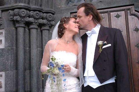 Elisabeth Moberg og Steinar Krogstad klemmer til i et ømt øyeblikk på kirketrappen etter sin egen vielse i Storetvedt kirke.