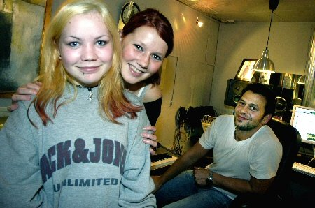 Karine Jacobsen og Kine Johansen spiller inn en singel i kvensk språkdrakt hos Fred Endresen i Studio Nord, Mosjøen. - Det er viktig å ta vare på språket, mener jentene fra Børselv og Lakselv. Foto: Stine Skipnes