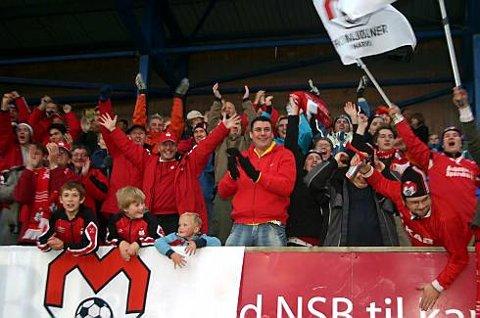 Rundt hundre mennesker fra Narvik hadde tatt turen til Fauske for å støtte Mjølner.