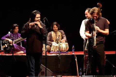 EKSOTISK JAZZ: The Indian Core serverte eksotisk jazz til et lydhørt publikum i Ibsenhusets foajé i går kveld.