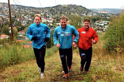 synd 1: Åge Skinstad, her flankert av Tom Henning Hovi og Jon Arne Schjetne i traseen opp mot Hovdetoppen, synes Gjøvik skiklubbs beslutning er veldig synd og håper klubben vil revurdere denne.
