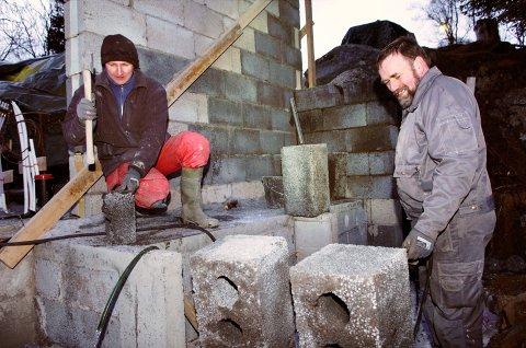 Betongarbeiderne Geir Engen og Svein Ulriksen murer på hovedbygninga, som blir i tre etasjer, hver med grunnflate på omlag 100 kvadratmeter.
