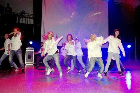 Forrykende: Hip hop-danserne og alle de andre aktørene ga til beste en forrykende forestilling og viste imponerende ferdigheter på det som rett og slett ble en happening i Sliperiet. (Foto: Svend E. Hansen)