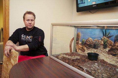 Uvanlig oppdrag: Kjell Arild Lysebo og kollegene ved Viking redningstjeneste måtte hente to, små boa constrictor-slanger på en privat adresse i Sandefjord søndag ettermiddag. (Foto: Mats Grimsæth)
