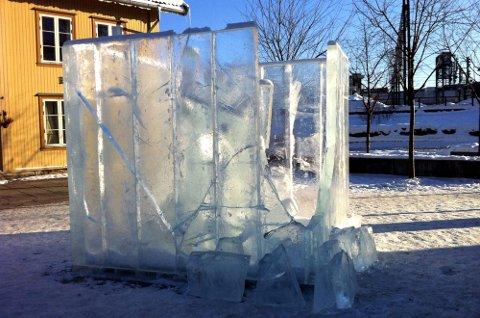 KNUST: Isskulpturen nederst i Storgata i Lillestrøm er i løpet av helga vandalisert og ødelagt. Hele det ene hjørnet av den massive skulpturen er knust.FOTO: ESPEN BOLSTAD