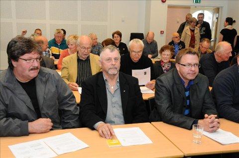 Det strømmet til med folk som ville delta på framtidskonferansen om Gjemnes Ytre på Batnfjordsøra i formiddag.