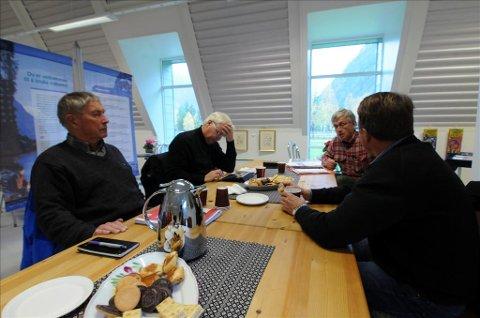 Stortingsrepresentant Oskar Grimstad (t.h.) ble fredag informert av Ola Bræin (til venstre)  og Halvard G. Hagen i Driva elveeigarlag om den sterke lokale motstanden mot fiskesperre i Driva.