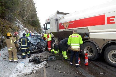 Smadret: Personbilen ble totalskadet i frontkollisjonen med tankbilen. Kvinnen som kjørte personbilen døde momentant. Foto: Tor Helge Solli
