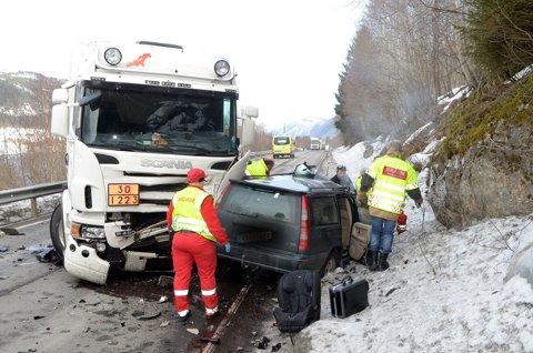 Dødsulykke: En kvinne, sjåføren av personbilen, er bekreftet omkommet etter en kraftig kollisjon på Fv 65 ved Røv i Øvre Surnadal mandag.