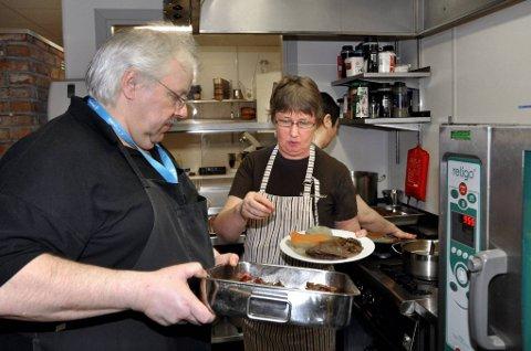 Mye mat: Det skal produseres adskillige mengder mat på kjøkkenet under Bakeribyggfestivalen. Her er Einar Nikolaysen, Heidi Kristiansen og Magnhild Reinhagli (bak) i full gang. Foto: Ann Kristin Kjærnli Hanssen