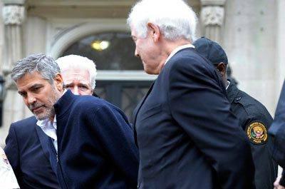 Sammen med sin far og andre aktivister ignorerte Clooney tre advarsler fra politiet om å forlate ambassadeområdet i den amerikanske hovedstaden. Dermed ble de påført håndjern og ført bort til en van tilhørende den amerikanske sikkerhetstjenesten, rapporterer en Reuters-journalist på stedet.