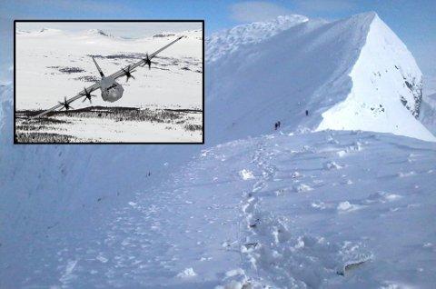 Vrakdeler fra det savnede Hercules-flyet ligger strødd i flere tusen biter på Sveriges største fjell, Kebnekaise. I forkant av bildet vises nedsnødde vrakdeler.
