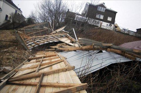 Dagmar: Stormen Dagmar tok godt for seg mange steder på Nordmøre natt til 2. juledag. Som disse garasjene i Milnveien, som ble lagt flatt. Foto: Sindre Sverdrup Strand