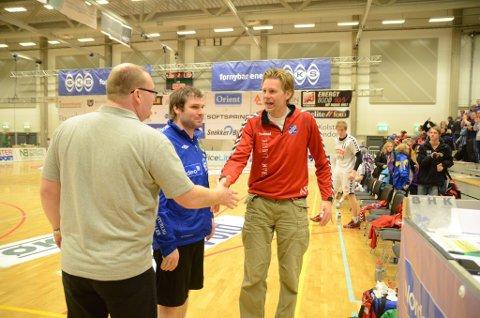 Gjestfrie: Bodøs trenere Ronny Hansen og Geir Daniel Larsen var gjestfrie før kampen. Da kampen startet fikk imidlertid Fram og trener Are Ruud ingenting gratis av vertskapet. (Foto: Stian Høgland, Avisa Nordland)