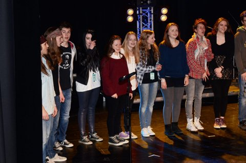 Vinnerne fra UKM  fylkesmønstringen på Otta i helgen ropes fram på scenen i Otta kulturhus søndag. To av fem kårede sceneinnslag var fra norddalen.