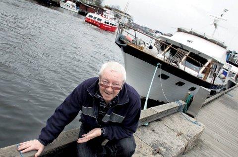 Frank Delbekk foran det nye «huset» sitt: en 48 fots store Taiwan-trawler.