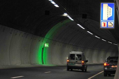I moderne tunneler er nødtelefonene godt opplyst, slik som her i Brennetunnelen nordvest for Sandvika på E16 i Akershus. Bruk nødtelefonen framfor mobilen ved eventuell trøbbel i tunnel.