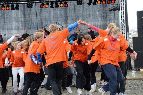 Dansere fra Vågå ungdomsskole viser gammeldanstakter.